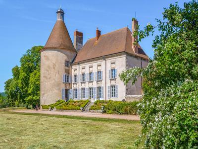 Elégant château du XVIè entièrement restauré, avec dépendances et 30 ha de terre.