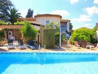 Merveilleuse opportunité de posséder  une grand  propriété de chambre d'hôtes et gîtes (450m2)  avec 8 chambres, de beaux jardins, une piscine et 2 garages dans le charmant village de La Redorte sur le Canal du midi, excellent potentiel locatif.