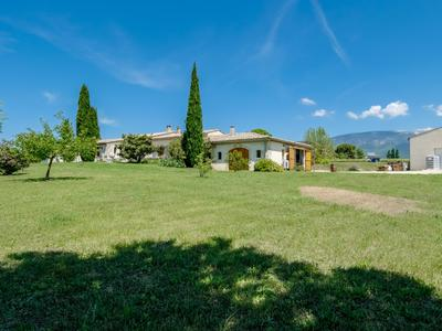 Beautiful three-bedroom residence in the centre of its vineyard in the countryside of  Mormoiron with its land, its wine-making, storage and tasting complex as well as an  independent two-bedroom cottage.