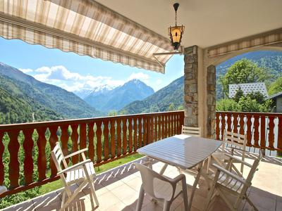 Unique opportunity to invest in a superb 6 bedroom modern mountain property with fantastic views. Ideally located for winter snow-sports and summer cycling activities. Would make a superb private residence or B&B. Hamlet of Le Perrier 3km from Vaujany center and the main cable car to Alpe d'Huez. 272m2 habitable + 138m2 Annexe, terrace, garage, & cellars.