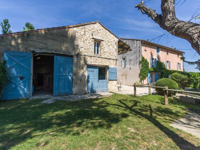 Great opportunity to purchase a large property with over 4 hectares of land, ideal home for horse lovers, 1km from the gorgeous village of Villelaure, 30kms from Aix and within 6kms from Pertuis!