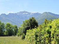 Terrain plat et constructible de 1192 m2 dans un petit village proche des pistes de ski, du vélo, des promenades à pied et à seulement 5 minutes des commerces et services
