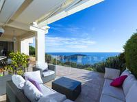 Apartment to renovate with swimming pool and breathtaking 180° views of Nice and the Bay of Angels.