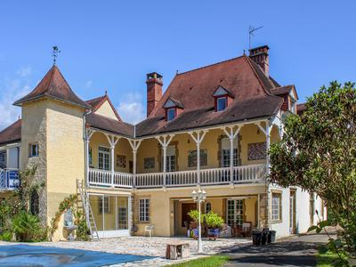 AMAZING 19th-CENTURY MAISON-DE-MAÎTRE OF 410m² + GUEST COTTAGE + DANCE STUDIO/GYM + OUTBUILDINGS OF 400m², INCLUDING A FUNCTION ROOM WITH DANCE FLOOR + STABLE FOR 3 HORSES + POOL: a perfect property for a wonderful family home, holiday home or superb boutique hotel/gîtes/Bed and Breakfast business, as well as ample space for hosting weddings, corporate events, yoga retreats, leisure activity holidays…