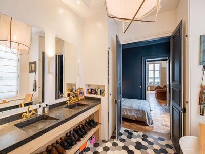 75001, at the heart of the hyper-centre of Paris, beautiful and peaceful apartment including 2 bedrooms (4 rooms) offering 136 m2, with 4 exposures overlooking 2 courtyard on its own on the 2nd floor of a beautiful 19th century building with its superb stone staircase 2 steps away from Les Halles