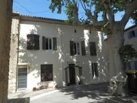 Belle maison de caractere située sur une jolie place arborée, bien rénovée et belle terrasse ensoleilée et cuisine d'été au deuxieme etage