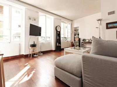 PARIS 75002 Calm and central - this dream comes true in the heart of the oldest district of Paris, great opportunity for this bright 2 bedrooms apartment of 69 m2, SE facing and of a rare serenity, on the 4th floor without vis-à-vis on a quiet courtyard