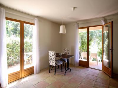 Lorgues - Inviting single story villa offering 4 bedrooms, 3 bathrooms, large summer terrace and heated swimming pool.
