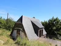 Amoureux de nature et de calme cette ancienne grange au toit d'ardoises nichée en pleine nature sur un vaste terrain de 8443 m2 de bois est pour vous . Très lumineuse elle offre un magnifique panorama sur la vallée !