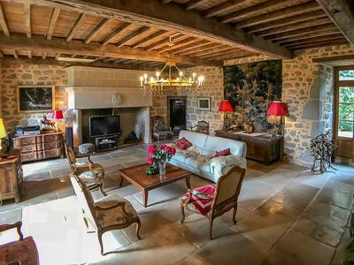 Magnifique château du 15ème siècle avec 450 m2 surface habitable, 7 chambres, piscine, une ferme, granges, boxes pour chevaux, four à pain, autres bâtiments, et 85 hectares de prairies et du bois, à 10 minutes d'Aubusson avec toutes les commodités quotidiennes