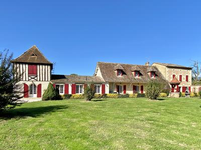 Beautiful set of 3 fully-renovated houses with 6 flats and 3 swimming pools, large outbuilding with 30 boxes on the banks of the Dordogne - 15km from Bergerac