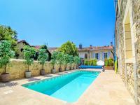 Dans le village pitoresque de Gensac, maison de village en pierre comprenant 4 chambres, 4 salles d'eau, piscine, gites et garage double.