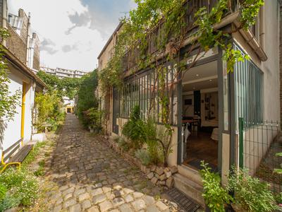 75011 Oberkampf, artist's loft style apartment, 2 bedrooms of 75m2, peaceful, with a rustic feel, oriented South / East, on the ground floor of a contemporary condominium, in the heart of sought after district that is dynamic with its trendy cafés and terraces, between Belleville and the Marais.