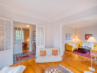 Le Vésinet (78) - Very close to RER A - Character house - about 320 m² on 1850 m² of enclosed and wooded grounds - Bright - Close to amenities and located at approx. 20' from Paris. Exceptional living environment.