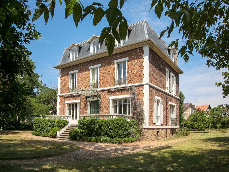 Maison à vendre en Ile de France - Yvelines LE VESINET Le Vésinet 10.  Maison de caractère, 10m² hab. (10 ch) sur 10 m² de parc à 10 min du RER  A.