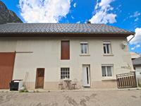 Belle ferme rénovée de 3 chambres de 90m2 avec grange, dépendances 2 garages et un grand jardin. Le Bourg d'Oisans. Hameau des Sables.