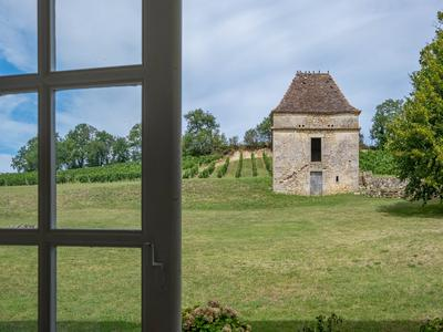 Noble XVIIIth century CHATEAU near SAINT-EMILION, forming an U-shape with its outbuildings. set on 3 acres of land. Perfect as luxury Boutique Hotel and Marriage /seminair venue! HUGE POTENTIAL - partly renovated.