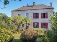 Maison de bourg avec grand jardin, garage, atelier et puits. Localisé en Périgord Vert en Dordogne. Commerces accessibles à pied.