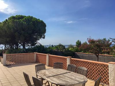 In Marseillan, on a magnificent plot of land of 6 197 m2 planted with umbrella pines and other species, hidden from view, is a magnificent property of 198 m2 of living space with the possibility of expansion. The walled complex with a secure gate. Sea view.
