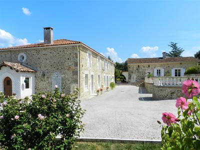 A superb spacious 6 bedroom detached Charentaise country house surrounded by its 2ha park; a separate 4 bed gîte/guest cottage; swimming pool; quiet hamlet location; great views.