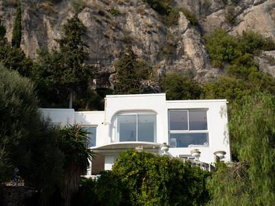 Roquebrune Cap Martin villa with stunning views over Monaco and the sea. Calm, sunny and private, with huge potential. Pool, garage and independent cottage/studio