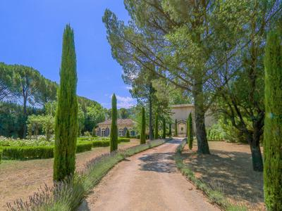 PARADISE IN THE LUBERON - This exceptional and characteristic property meets all your requirements for a classy lifestyle in the Provence, in terms of style, luxury, comfort, space and stunning surroundings. Check it out here.