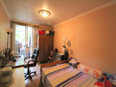 75019 Belleville, exclusive to Leggett, a large family apartment (medical surgery or independent professionals) including 5 rooms (4 bedrooms) for 112M2 (see virtual tours 360 and plan) quiet on the upper ground floor of a recent 1970 building well maintained with cellar and janitor. To be seen.