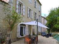 Magnifique propriété de bourg, parfaitement rénovée, avec dépendance et jardin,  toutes commodités à pied.  Angoulême à 25min.