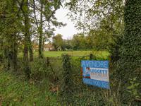 Beau terrain arboré à bâtir de 1030m2 dans un paisible village historique du Poitou.