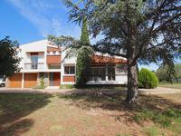Spacieuse villa avec 5 chambres,  garage et grand jardin dans un quartier recherché proche du centre de Perpignan.