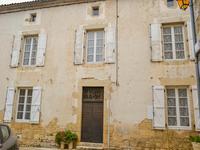 Une maison de 2 chambres située près du centre du pittoresque village de Nanteuil-en-Vallée.