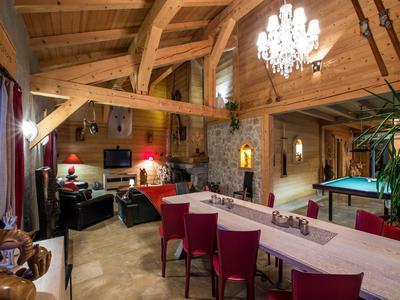 Extraordinaire chalet de luxe à vendre, 360m2 habitable avec 5 chambres, récemment construit dans quartier calme de Les Carroz, finition haut-de-gamme avec un excellent potentiel pour locations vacanciers. Visite virtuel 360 degré disponible exclusivement sur le site web Leggett Immobilier.