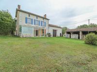 Maison Charentaise traditionnel très charmante avec trois chambres possibilité d'agrandissements, véranda, grange et plus d'un hectare de terrain