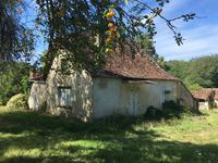 Aquitaine. Proche de Bergerac in Dordogne. Beau potentiel pour cette fermette avec des dependances à explorer. Au calme sur env 2 hectares de terrain.