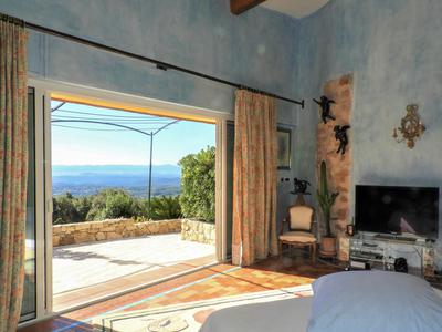 Var, rare opportunity: 5 bedroom villa with panoramic and sea view,  nested in 16 hectares of land.