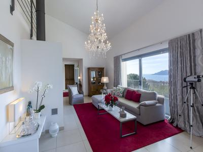 Contemporary villa with panoramic sea views: Cannes Croix des Gardes