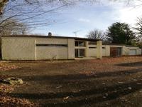 Beau pavillon de 157m2 habitable construit à Civray dans les années 70 par un architecte sur un terrain cloturé de 3456m2.