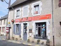 Une excellente occasion d'acheter un ancien bar / brasserie avec 2 suites familiales et une chambre familiale double. Le vieux bar pourrait facilement être adapté pour faire un salon de thé ou un café - exactement ce dont ce joli village a besoin. Environ 1h de route de l'aéroport de Limoges.
