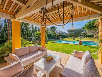 Provencale 4 Bedroom Villa with a garden, pool and pretty views of the chateau in Grimaud