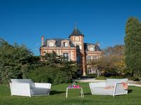 Château située sur 1.6 hectares, maison d'amis, piscine, pool house, salle de sport, carrière à chevaux avec box, garage. A deux pas de la mer.