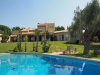 Imposante villa avec 5 chambres, piscine, tennis, dépendances et 1.3 hectares de terrain.